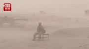"""最""""土""""的士兵火了!沙尘暴中坚守如初 狂风和沙尘成了他的背景"""