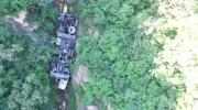 25吨吊车冲下50米山崖 航拍心惊肉跳的生死营救