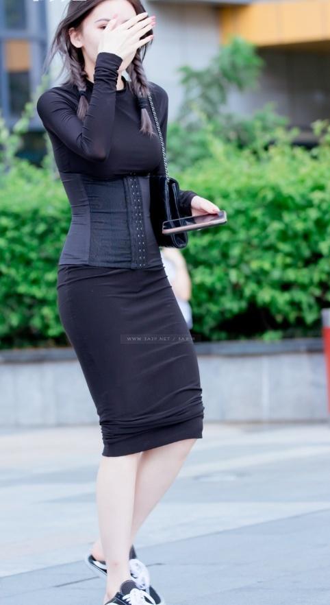 丰满b图_美女街拍:漂亮的外表有一颗羞羞的心,爱用手捂脸的黑紧裙丰满美