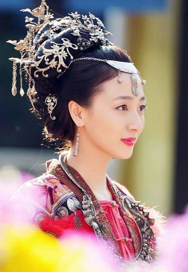 赵丽颖少数民族装束没有杨蓉美?能hold住一头白发的也