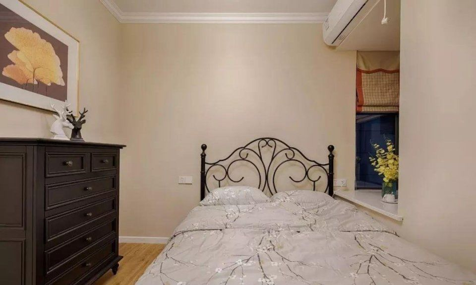 书房木色地板搭配奶咖色墙面,增添空间温暖感,沿窗口木作写字台面与收