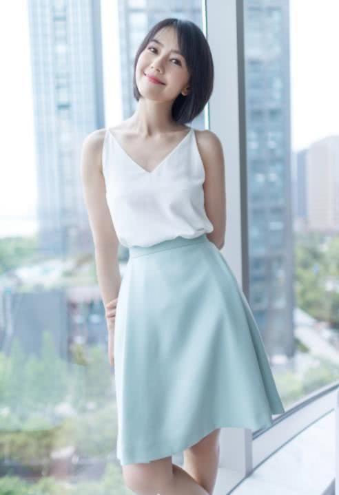 高圆圆穿吊带短裙清纯似18岁少女,甜美的笑容更是沁人