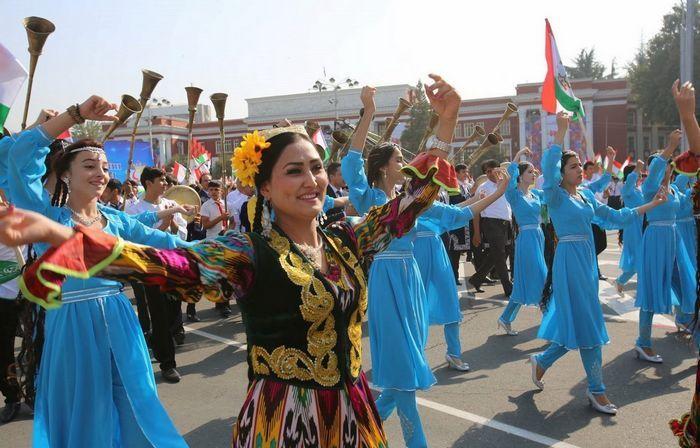 塔吉克斯坦独立日阅兵游行 各色美女方阵亮相
