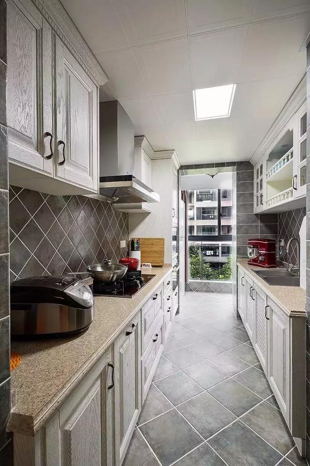 可能有不少的家庭都会选择将阳台与厨房打通,将其并进厨房,这样厨房的