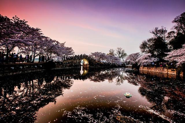 二·鼋头渚 太湖鼋头渚风景区位于无锡市大浮镇,是中国五大淡水湖之