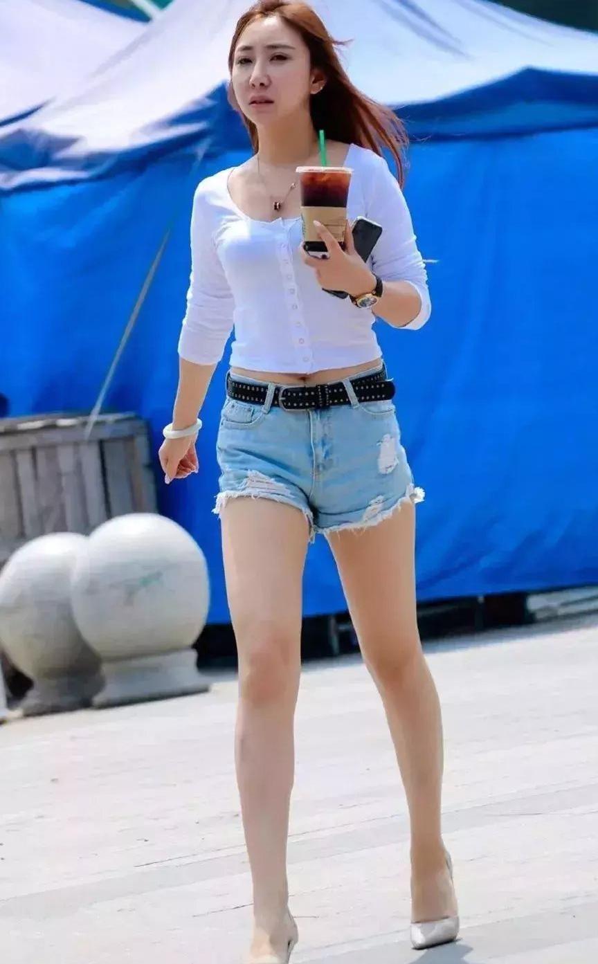 白色针织衫搭配齐臀短裤, 秀发飘扬热辣街头