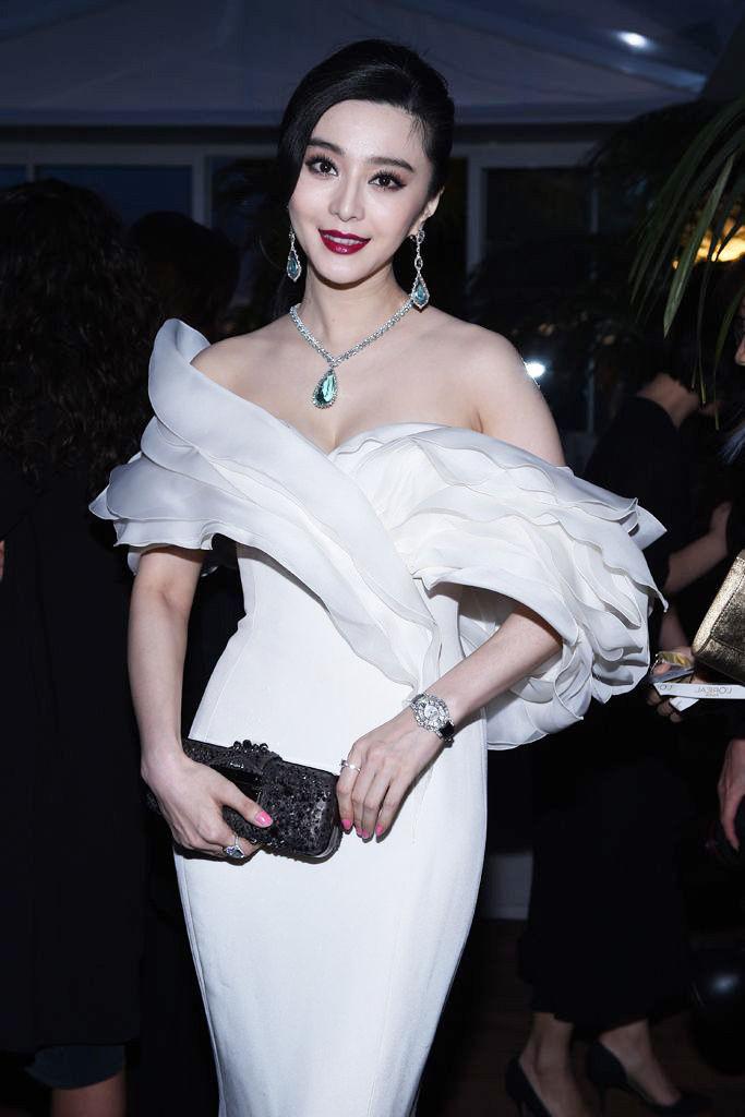 范冰冰白色露肩裙子,美艳惊人