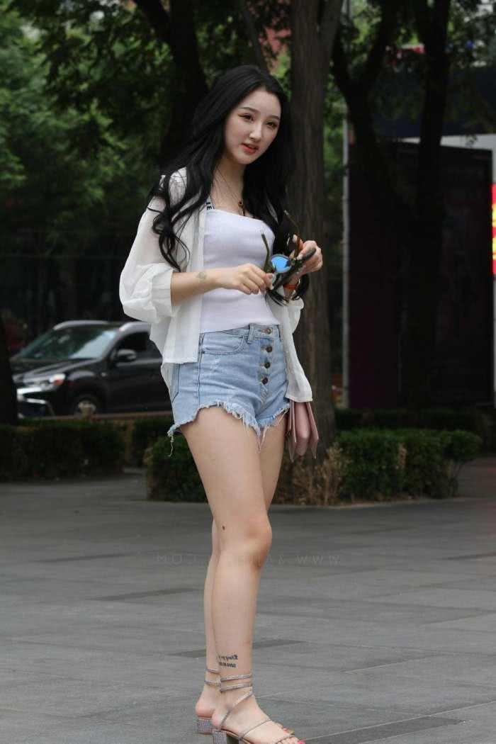 熟女乱乱影片_气质小姐姐流苏牛仔短裤大秀小粗腿,轻熟女范儿十足