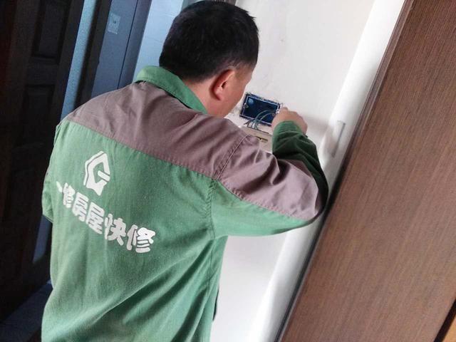 装修电路改造二:电路安装时新做暗盒线管和线盒连接处要用锁扣进行