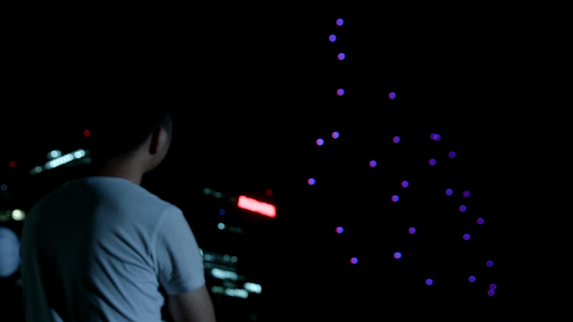 也与靠光流定位的无人机室内编队表演截然不同,无需充足的环境光线和