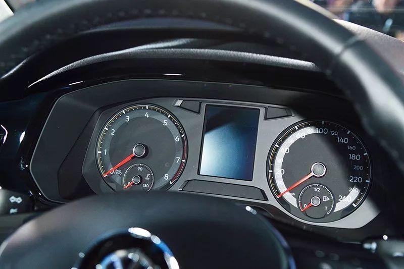 仪表盘采用了传统 圆形机械指针表盘 液晶行车电脑的组合样式,显示