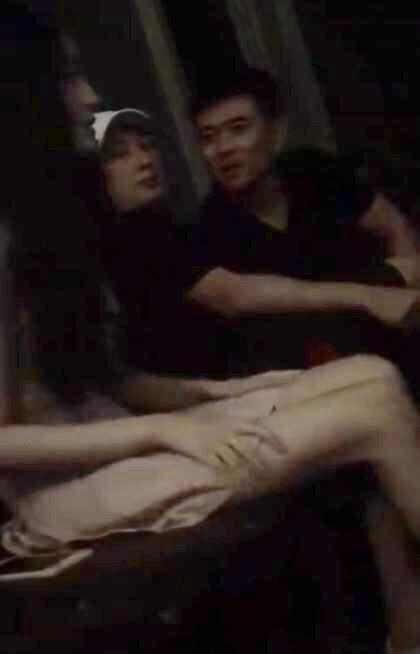 王思聪玩爆夜店,一只手抽着香烟,一只手试试乳主播美女诱色的图片
