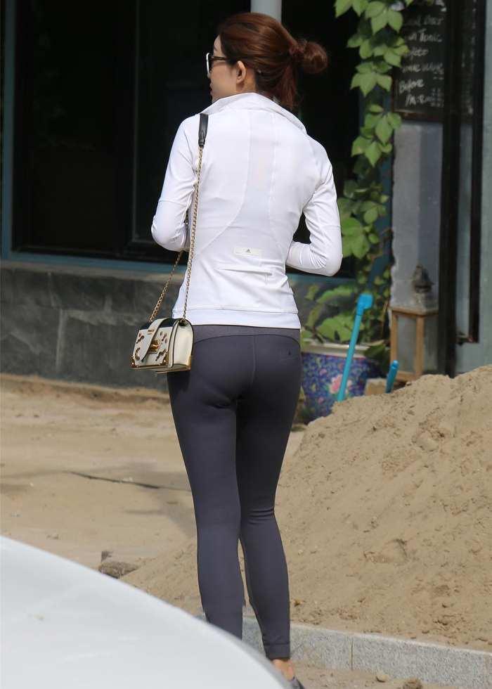 街拍时尚:润臀紧身裤美女, 紧致而隐现的凹痕!