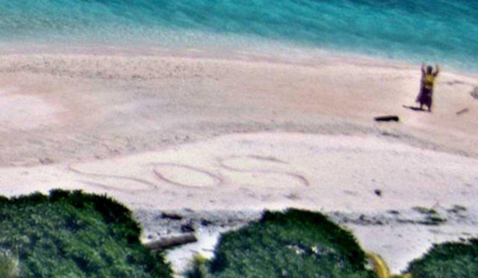 5旬夫妻被困荒岛7天 沙滩上写求救信号获救