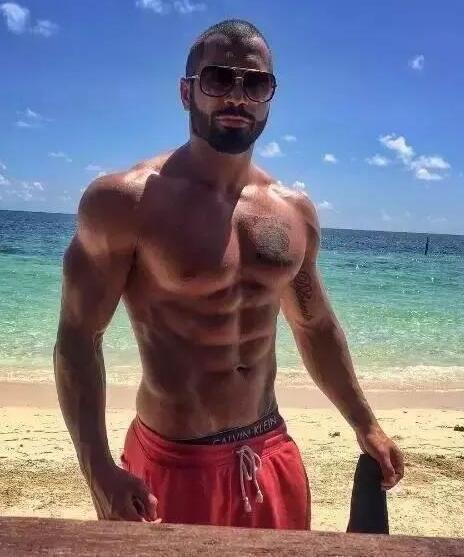 还有我们肌肉模特,拉神这八块腹肌更是漂亮,男人最好的外衣就是拥有