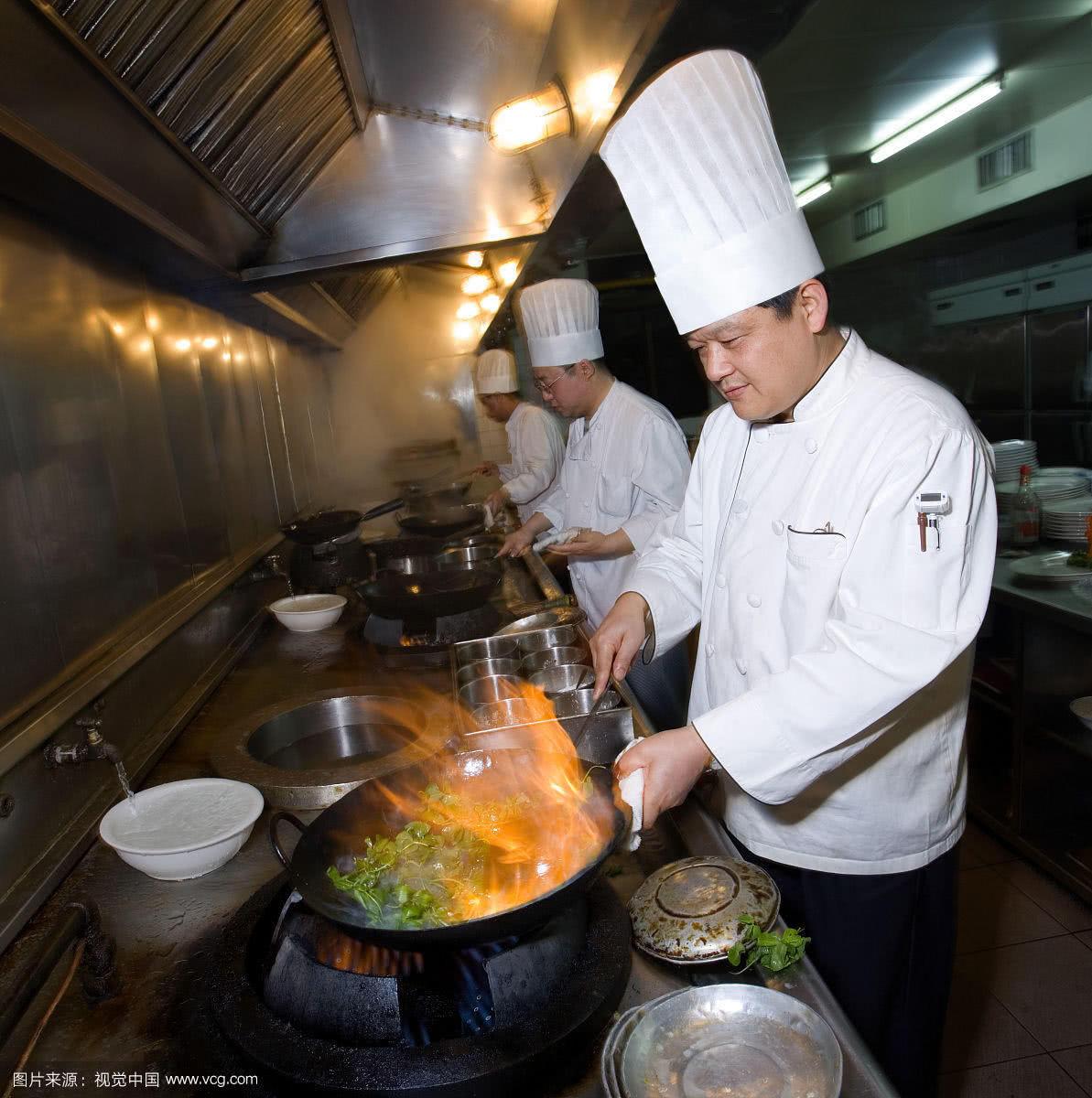 二是厨师用汤勺炒菜是因为不能将调味品直接放入到锅里,那样会导致图片