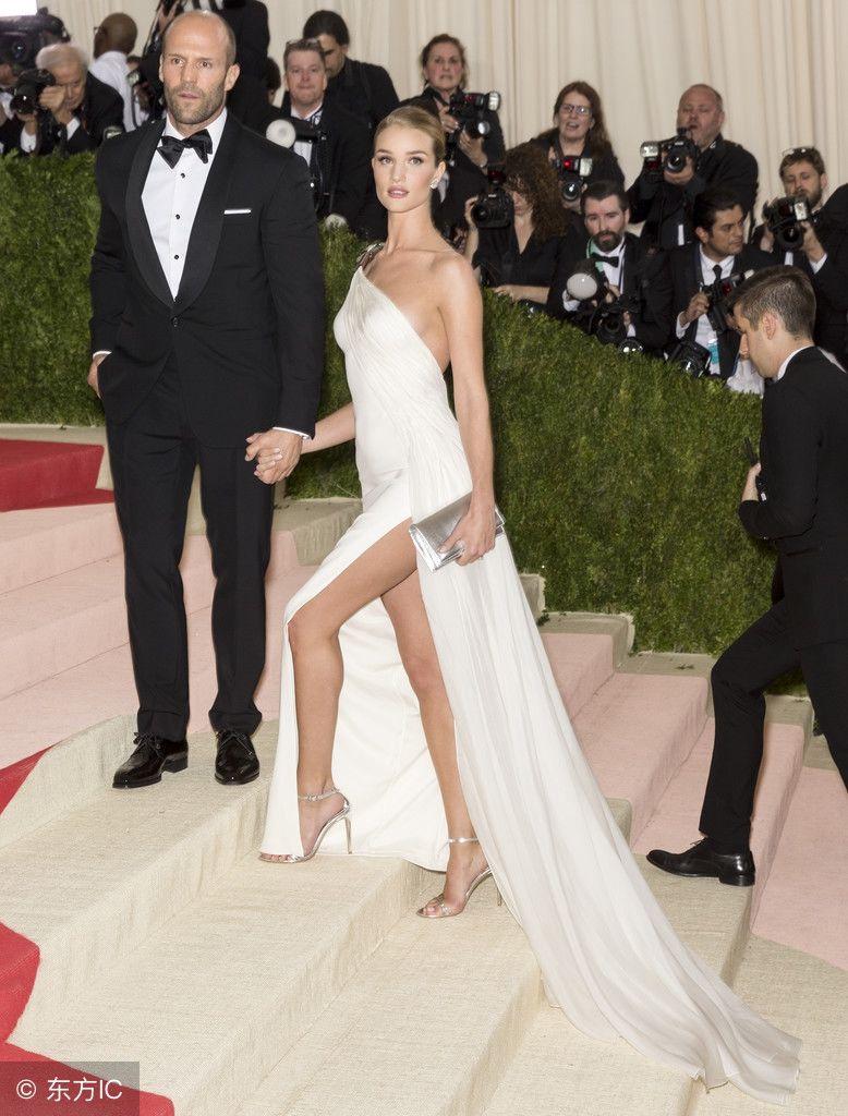 杰森-斯坦森和妻子牵手出席庆典,网友:超模的身材就是
