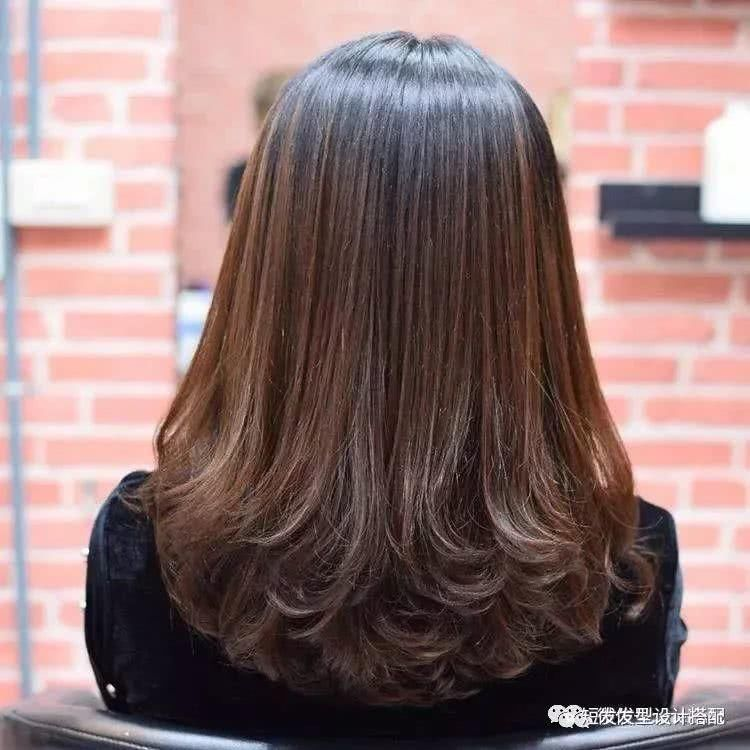 2018最新款发型到肩的头发烫发型图片图片