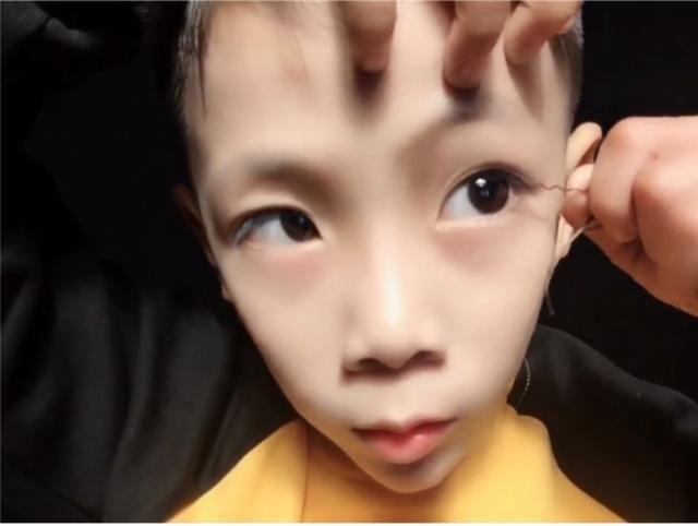 小学生逆天化妆技术,妆后变身小帅哥,网友感叹00后太强大