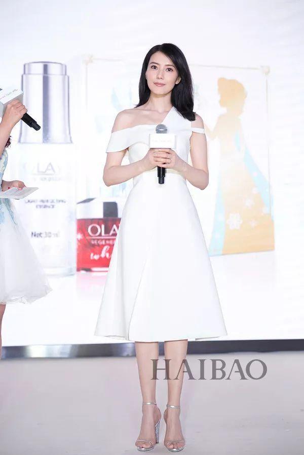 2018年3月8日,高圆圆在上海出席活动 她偏爱剪裁精致风格简约的长裙