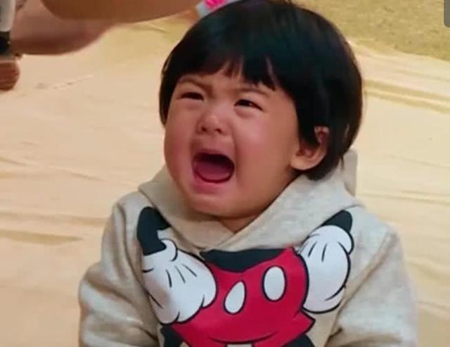 波妞身穿米奇的衣服,真的好可爱,只是一脸大哭的表情真的好令人心疼啊