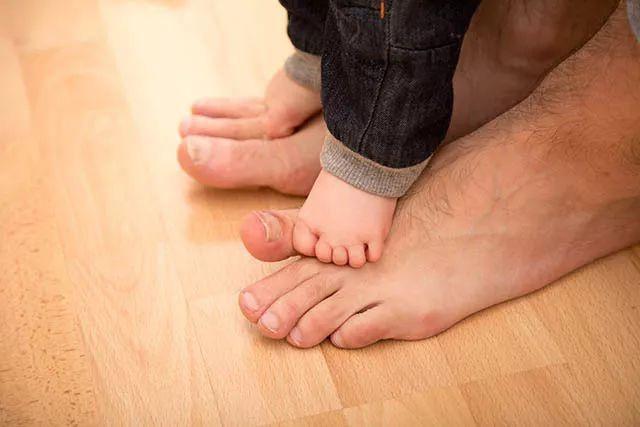 宝宝光脚_不过要注意一点,宝宝光脚走路时,一定要把地面清理干净,要是宝宝的