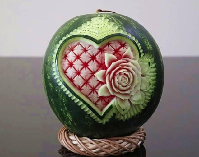 在西瓜表面玩出花的雕刻法, 胜过西瓜五花八门的切法太多!