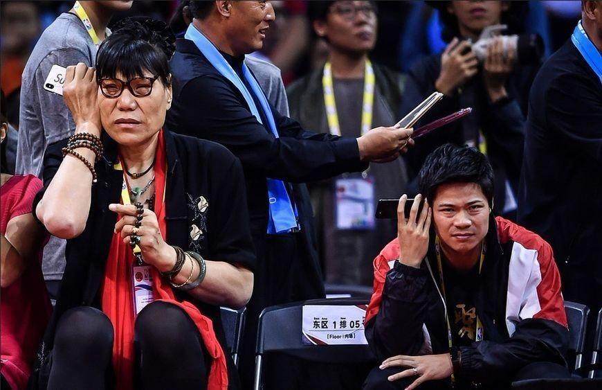 百米飞人苏炳添在郑海霞旁边显乖巧两人玩手那个微谁信是人表情包图片
