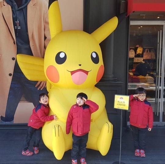 韩国演员宋一国三胞胎儿子大韩,民国,万岁和皮卡丘人偶合照,可爱笑颜