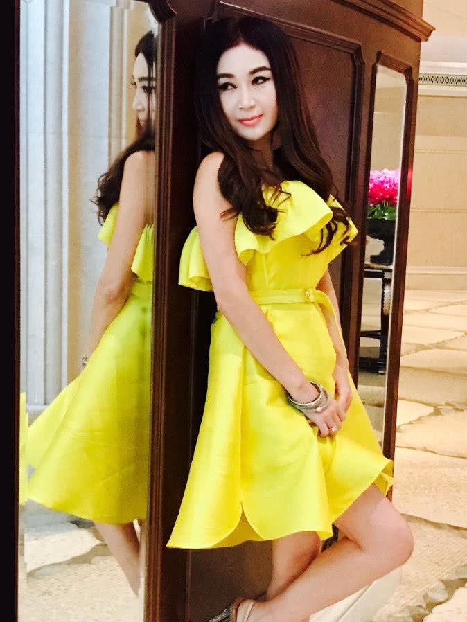温碧霞的一级黄色片_温碧霞这一身黄色晚礼服十分显眼,颜色鲜艳亮眼,肤白貌美,完全衬得起