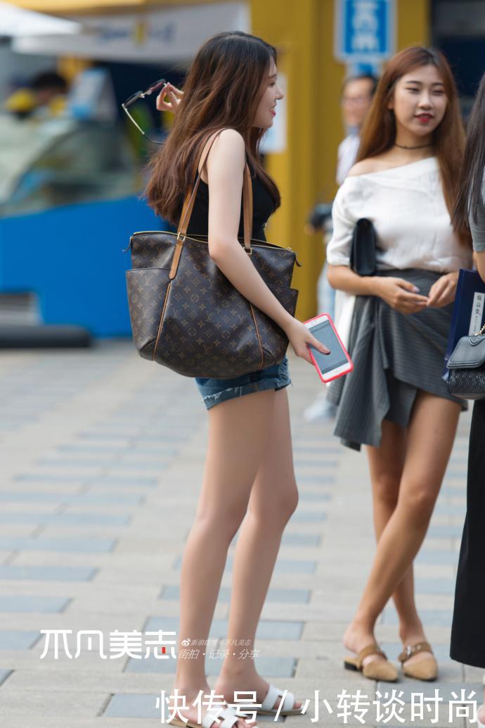 路人街拍,小姐姐没有一条热裤,怎么能过夏天!