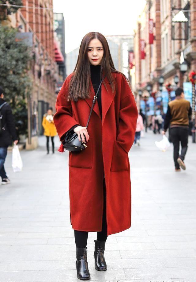 黑色的打底,又是经典的一套搭配,这样的红配黑永远是街头的亮丽风景.