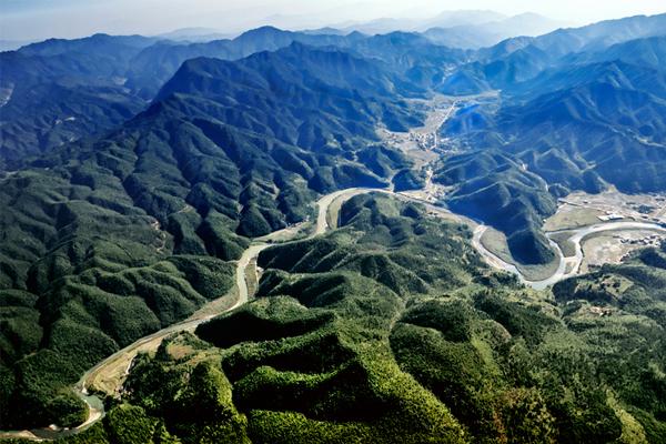位于江西省吉安市井冈山市,海拔230-1779.