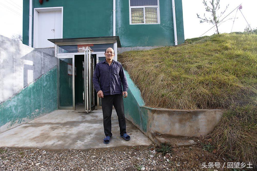 原来,养猪场上边是种菜的塑料大棚,这个就像古城堡一样的土堆才是他