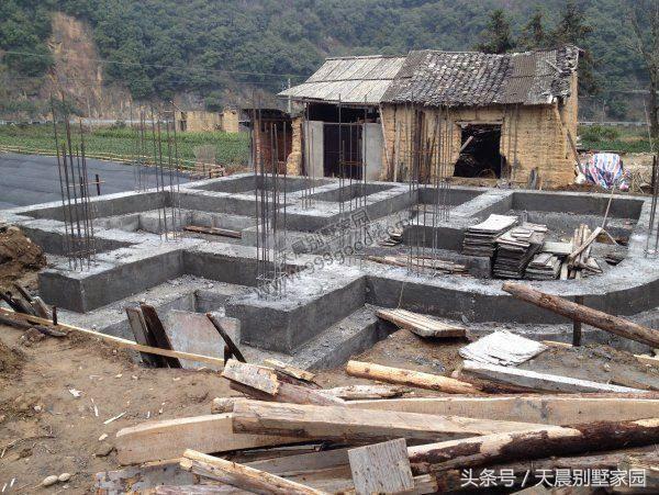 框架结构,地基下面铺设一层石头,先浇筑好柱子再填充砖墙.