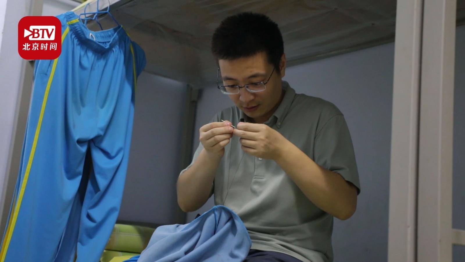 初三男班主任为学生缝衣服:人生第一次做针线活,想帮学生节省时间