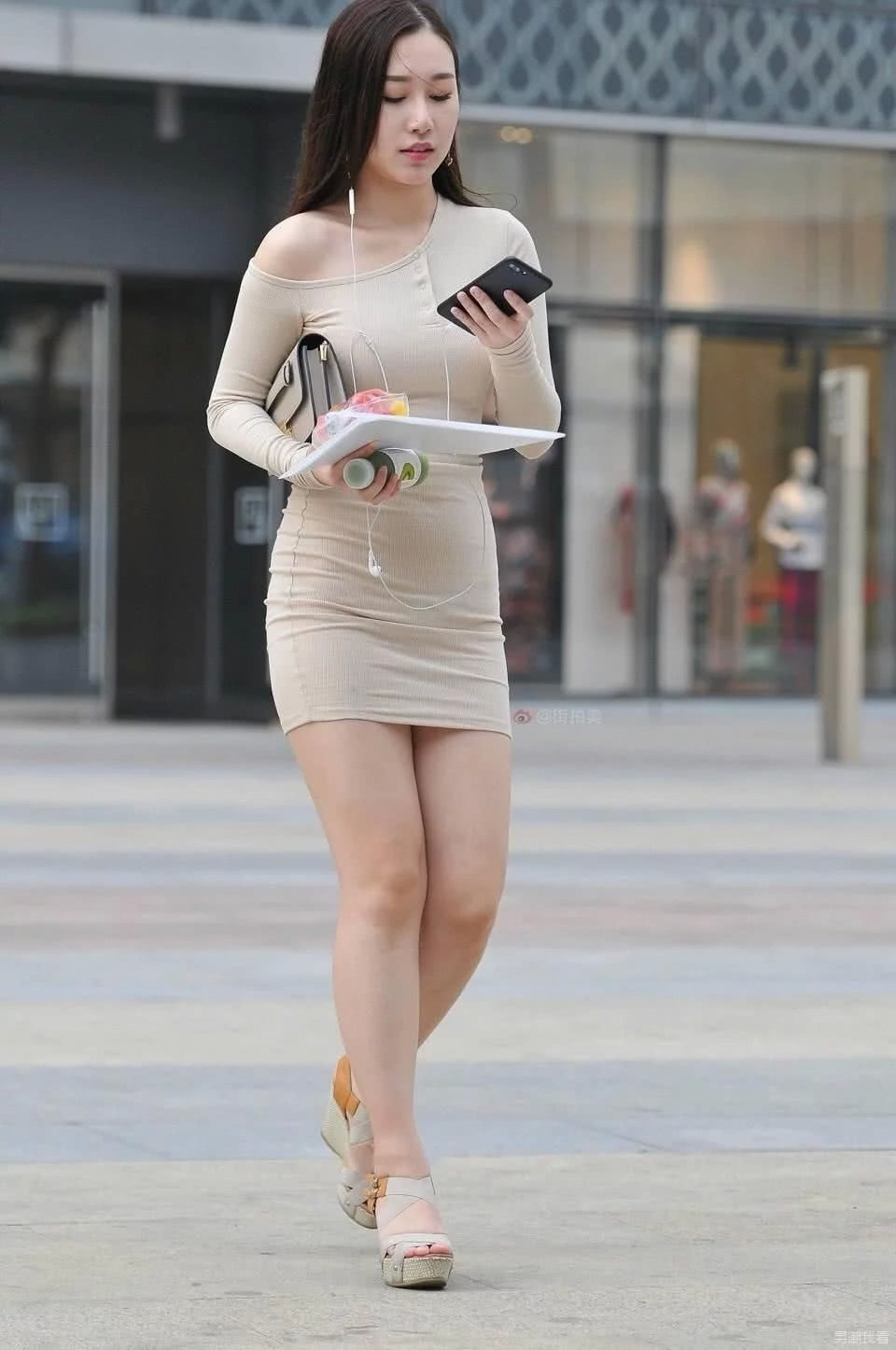 美国少妇bb图_街拍:美不美看大腿,图5的少妇绝对让你喜欢的不得了!