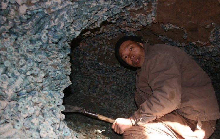 男子挖地窖时发现神秘洞穴,走近细看后,男子心合计发财了!