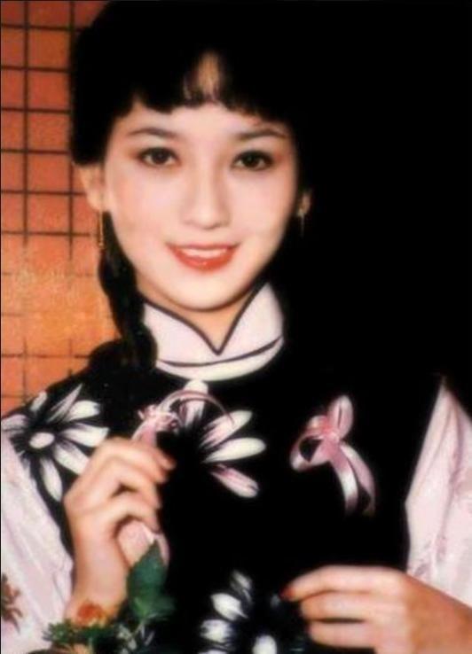 周润发版《上海滩》珍贵剧照,25岁的发哥太帅,赵雅芝一脸青涩!
