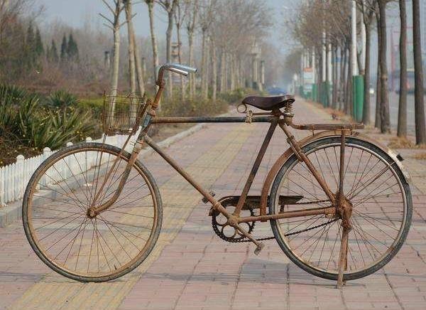 农民新发明,老式自行车改装的锄地工具,省时,省力,还省工图片