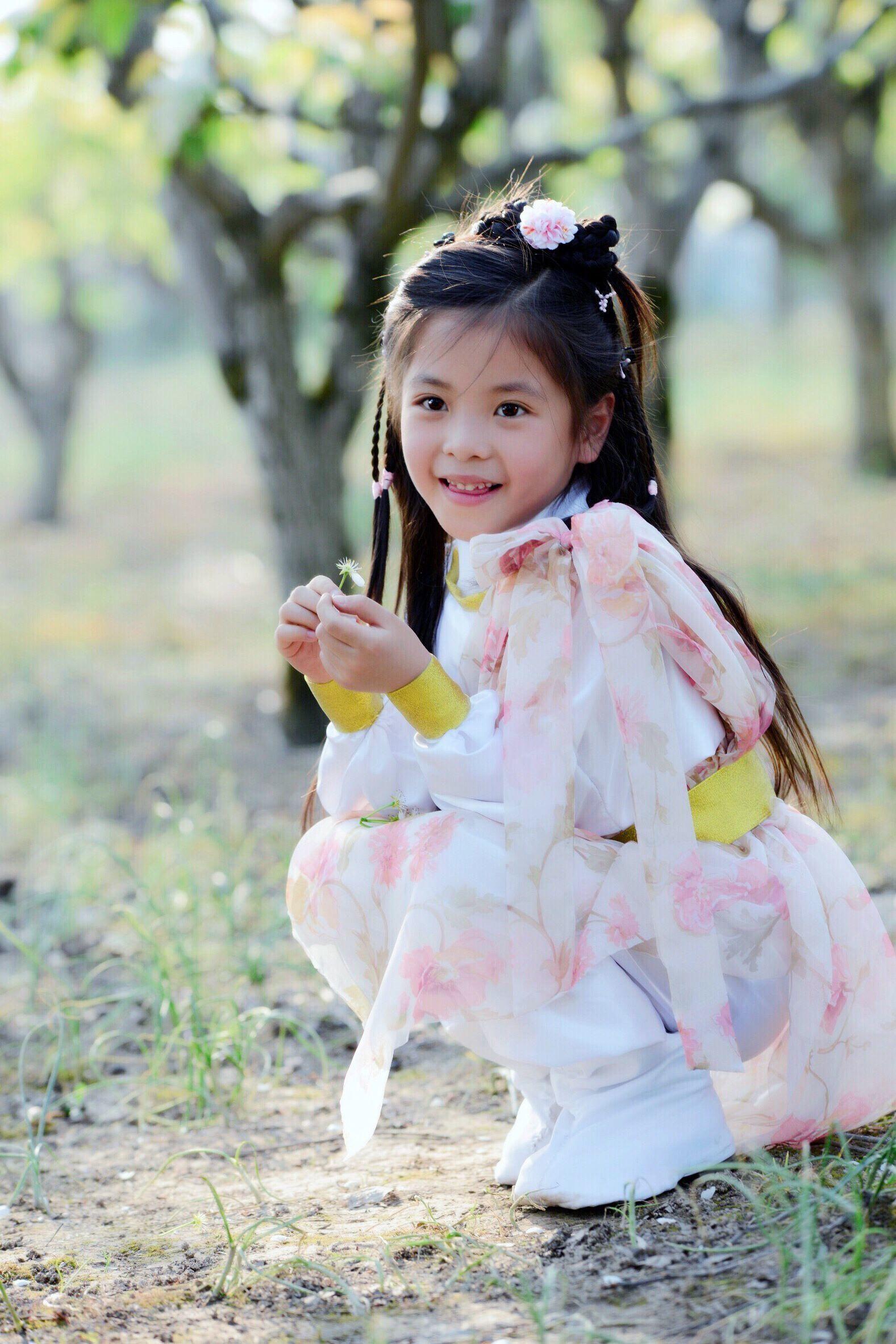 雪白黄蓉_7岁小黄蓉颜值演技并存,神似翁美玲,网友:我要生女儿!