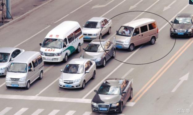汽车掉头被后面超车的车子撞到谁的责任大