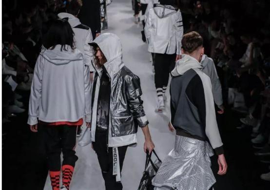 国产球鞋的未来?中国安踏广告设计看什么时尚杂志图片