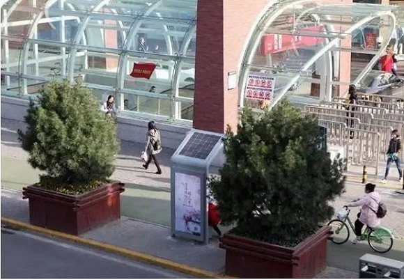 市政新工具:太阳能手机充电桩