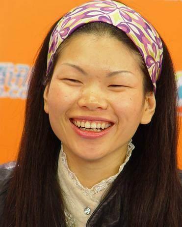 眯缝眼满脸雀斑,最丑的名模吕燕,嫁老外儿子也像她