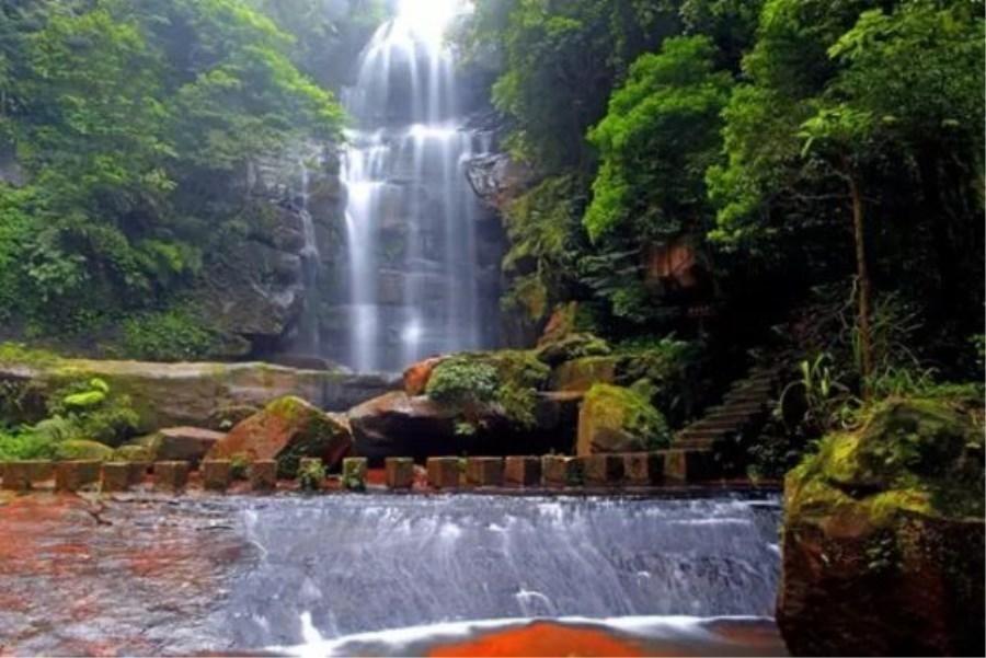 生态系统完整,地势险峻,是国家aaaa级风景区,赤水国家级风景名胜区的