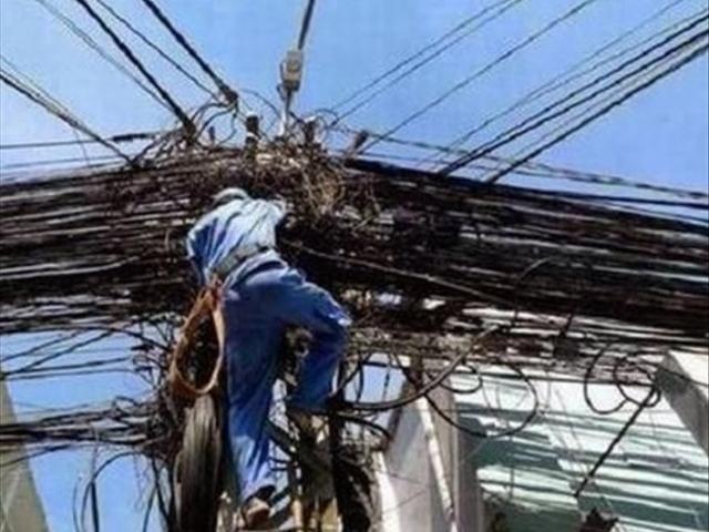 """难得一见:印度电工修理电路,看着都""""心慌""""!网友:佩服"""