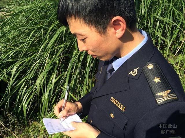 在位于鹤浦镇海岸线的宁波广和船业有限公司,执法人员比对海洋规划图