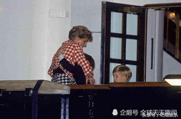 当威廉王子与哈里一同看母亲戴安娜王妃相册 这些照片