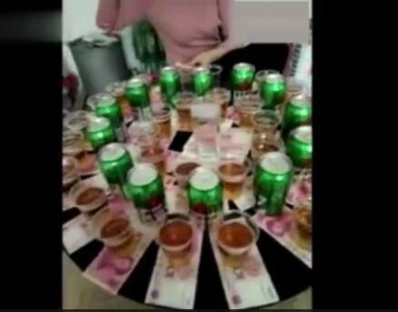 实拍: 山东美女聚会上遭到土豪拿现金喝酒, 网友: 定个小目标, 喝它一